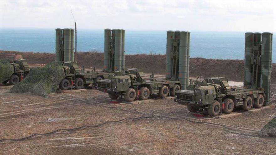 Baterías de sistemas antiaéreos S-400, de fabricación rusa.