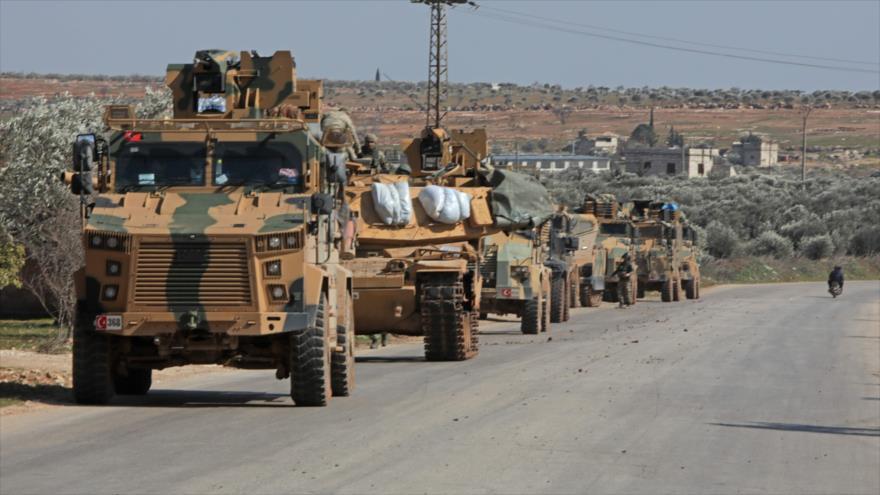 Convoy de vehículos blindados turcos avistado en el este de Idlib, Siria, 20 de febrero de 2020. (Foto: AFP)