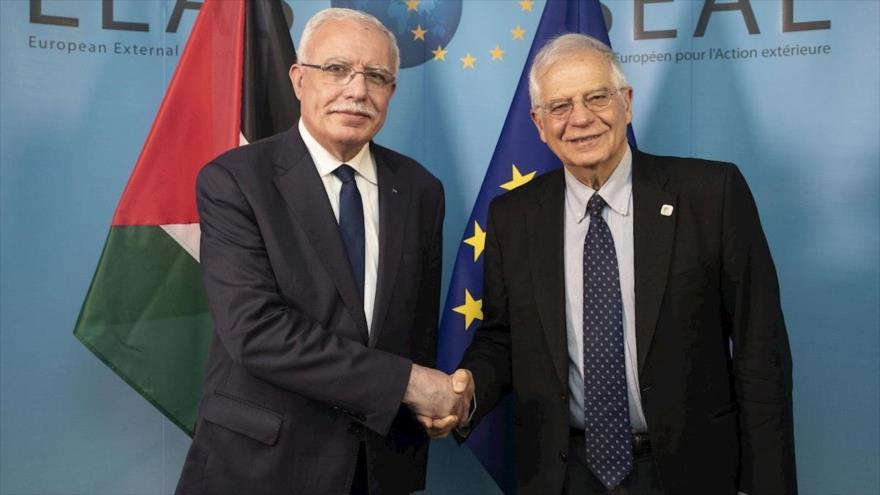 El jefe de la Diplomacia de la Unión Europea (UE), Josep Borrell (dcha.) y el canciller palestino, Riad al-Maliki.