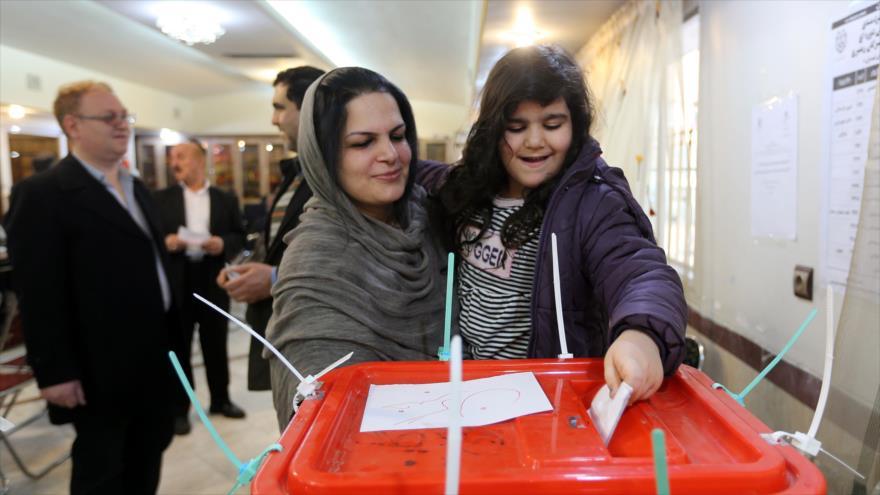 Los iraníes emiten su voto en un colegio electoral en Teherán, 21 de febrero de 2020.