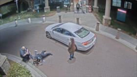 Vídeo: Policía de EEUU golpea a joven en presencia de su madre