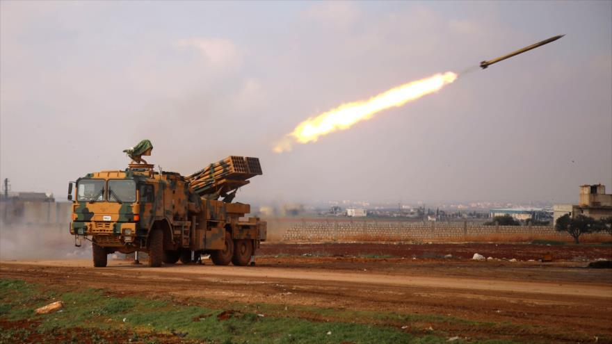Una unidad de artillería del Ejército turco lanza misiles contra las fuerzas sirias en la provincia de Alepo, 14 de febrero de 2020. (Foto: AFP)