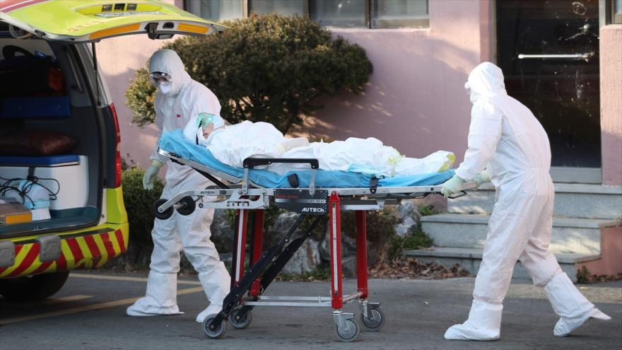 Transfieren a un paciente sospechoso de coronavirus en el condado de Cheongdo, en el sureste de Corea del Sur, 21 de febrero de 2020. (Foto: AFP)