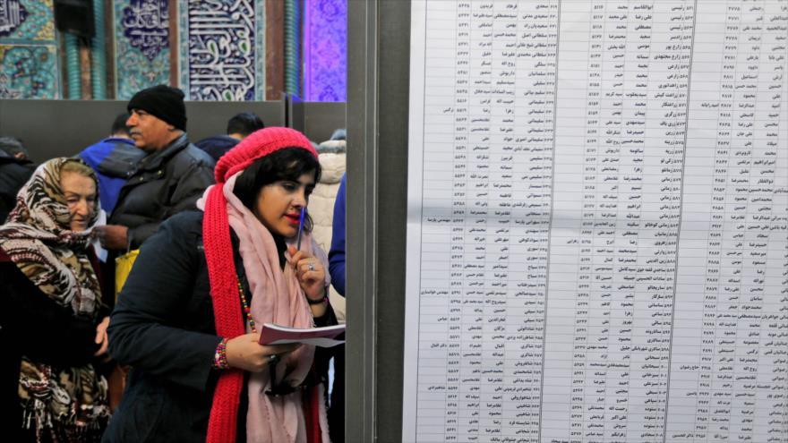 Una mujer iraní se prepara para emitir su voto durante las elecciones en un colegio electoral en Teherán (capital), 21 de febrero de 2020. (Foto: AFP)