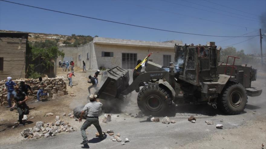 Vídeo: Buldócer israelí golpea con bloques de piedra a palestinos