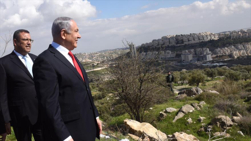 El premier israelí, Benjamín Netanyahu, mira una visión general del asentamiento de Har Homa, en la ciudad de Al-Quds (Jerusalén), 20 de febrero de 2020.
