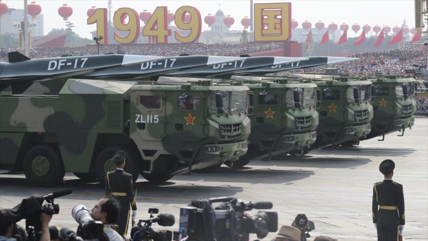 Ejército chino exhibe el misil balístico Dongfeng-17 en la ceremonia del 70.º aniversario de la fundación de la República Popular China.