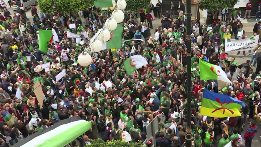 Argelinos vuelven a calles un año tras derrocamiento de Buteflika