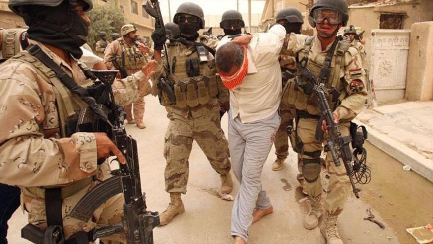 Fuerzas de seguridad iraquíes detienen a un integrante del grupo terrorista EIIL (Daesh, en árabe) en la ciudad de Faluya.