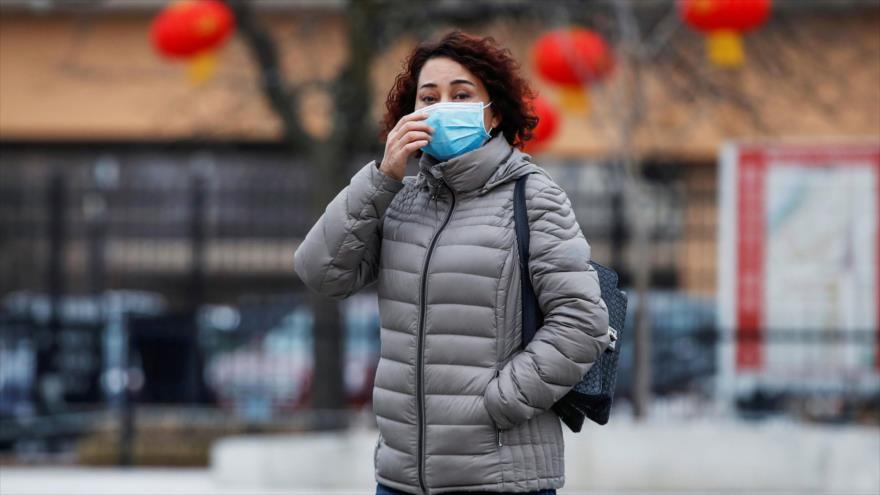 Una mujer usa máscara en Chinatown después del brote del nuevo coronavirus, en Chicago, Illinois, EE.UU., 30 de enero de 2020.
