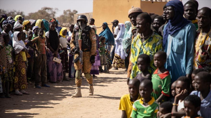 Soldado de Burkina Faso patrulla campamento que alberga a desplazados internos de Malí, 3 de febrero de 2020. (Foto: AFP)
