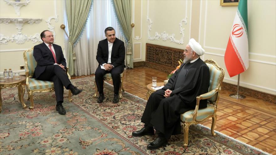 El presidente iraní, Hasan Rohani (dcha.), y el ministro austriaco de Asuntos Exteriores, Alexander Schellenberg, Teherán, 23 de febrero de 2020.