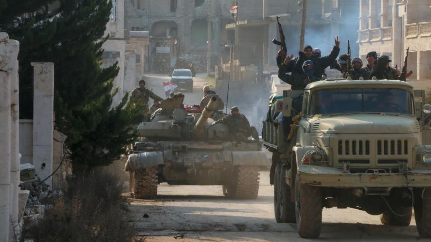 Soldados del Ejército sirio entran en la ciudad de Kafr Hamra, en el norte de Alepo, 17 de febrero de 2020. (Foto: AFP)