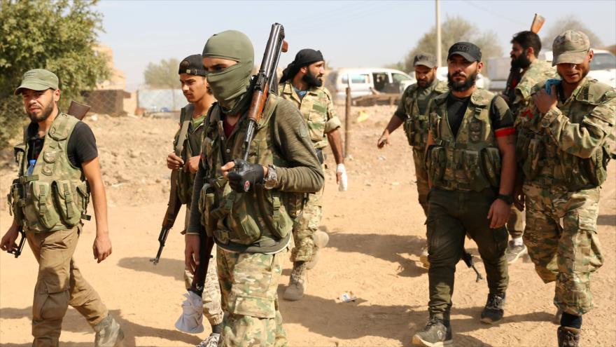 Milicianos respaldados por Turquía en una zona fronteriza en el norte de Siria, 16 de octubre de 2019. (Foto: AFP)