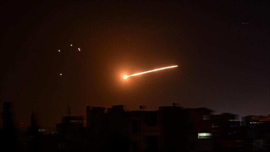 Defensa antiaérea siria repele ataque con misiles israelíes contra Damasco, 24 de febrero de 2020. (Foto: AFP)