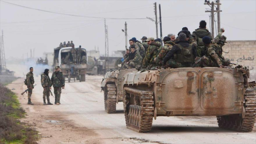 Fuerzas gubernamentales sirias entran en la aldea de Tel-Tukan, en la provincia de Idlib, 5 de febrero de 2020. (Foto: AFP)
