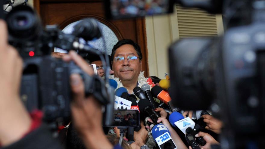 El candidato a la Presidencia de Bolivia del partido MAS, Luis Arce, habla con la prensa, en Bolivia, 3 de febrero de 2020. (Foto: AFP)