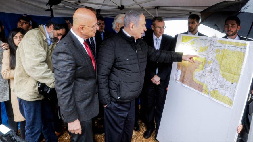 El premier israelí, Benjamín Netanyahu, revisa un mapa durante una visita al asentamiento de Ariel, en Cisjordania, 24 de febrero de 2020. (Foto: AFP)