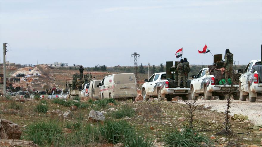 Un convoy militar del Ejército sirio avanza hacia las localidades controladas por los terroristas en el noroeste del país, 16 de febrero de 2020. (Foto: AFP)