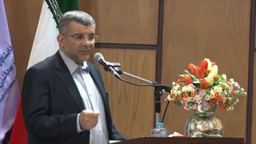 Viceministro iraní de Salud, Irach Harirchi, pronuncia un discurso en la universidad Beheshti de Teherán.