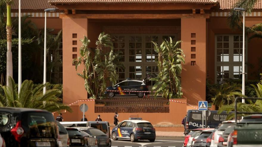 Cientos de turistas confinados en el hotel H10 Costa Adeje Palace, en el sur de la isla de Tenerife, por posible coronavirus.