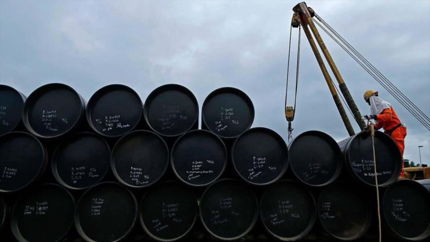 Barriles de petróleo en una terminal.