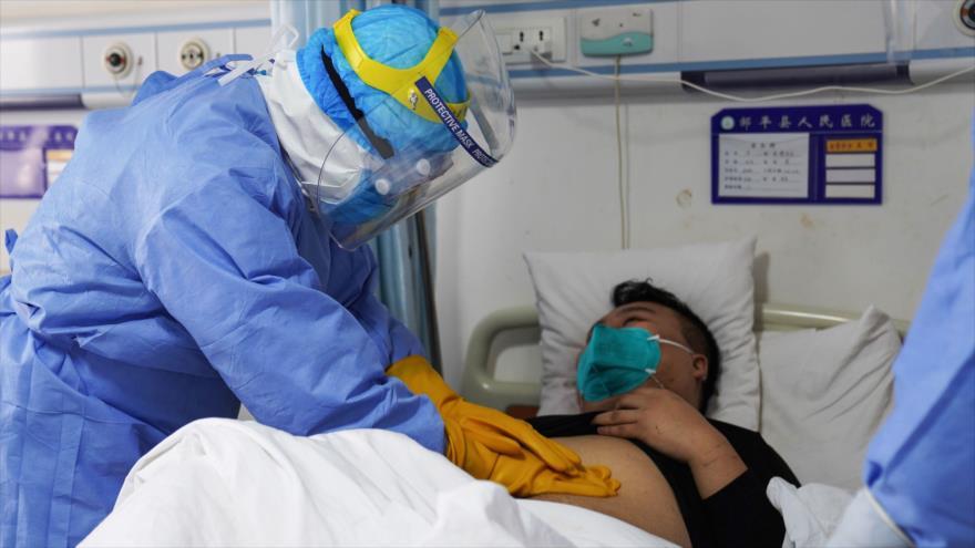 Un médico examina a un paciente infectado por el coronavirus en China, 28 de enero de 2020. (Foto: AFP)