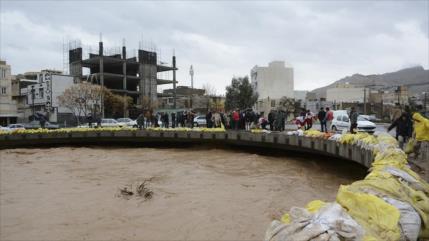 Alertados por lluvias, los iraníes toman medidas preventivas