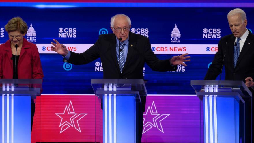 El senador Bernie Sanders (centro) habla en debate presidencial de los demócratas en Carolina del Sur, EE.UU., 25 de febrero de 2020. (Foto: AFP)