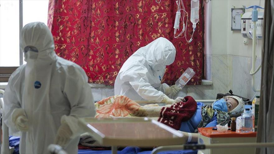 Enfermeros de un hospital en Teherán, capital iraní, atienden a pacientes infectados por el nuevo coronavirus, 25 de febrero de 2020. (Foto: YJC)