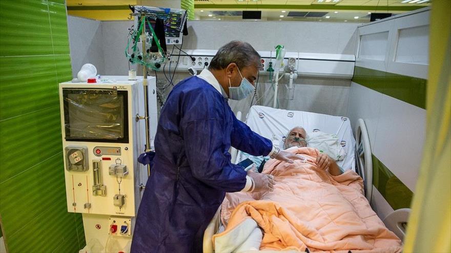 Médico de un hospital en Teherán, capital iraní, atiende a un paciente infectado por el coronavirus, 26 de febrero de 2020. (Foto: Fars)