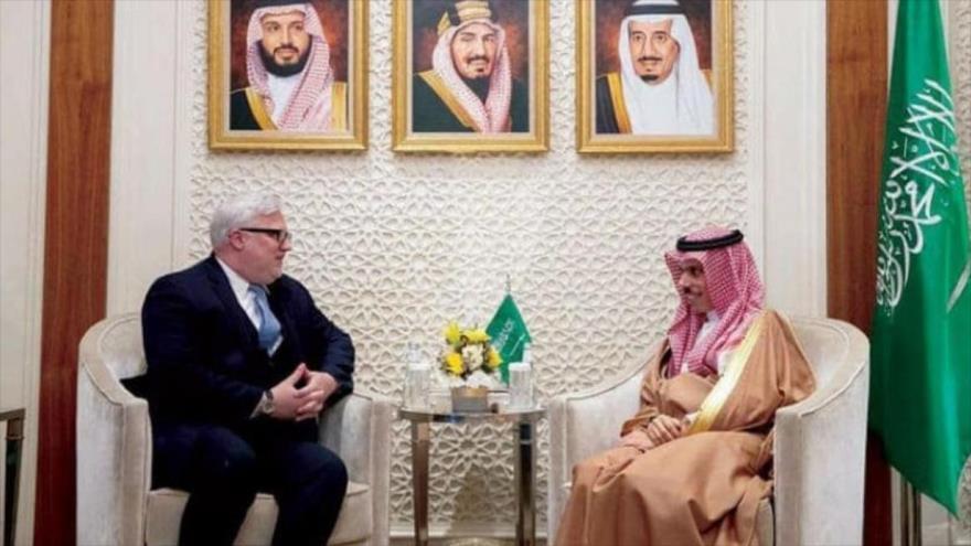 Canciller saudí, Faisal bin Farhan Al Saud (dcha.), y el subsecretario adjunto de Estado de EE.UU., Joel Rayburn, reunidos en Riad, 26 de febrero de 2020.