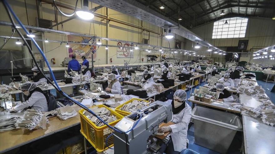 Líneas de producción de desinfectantes y mascarillas de una fábrica en Teherán, capital de Irán, 27 de febrero de 2020. (Foto: Fars)