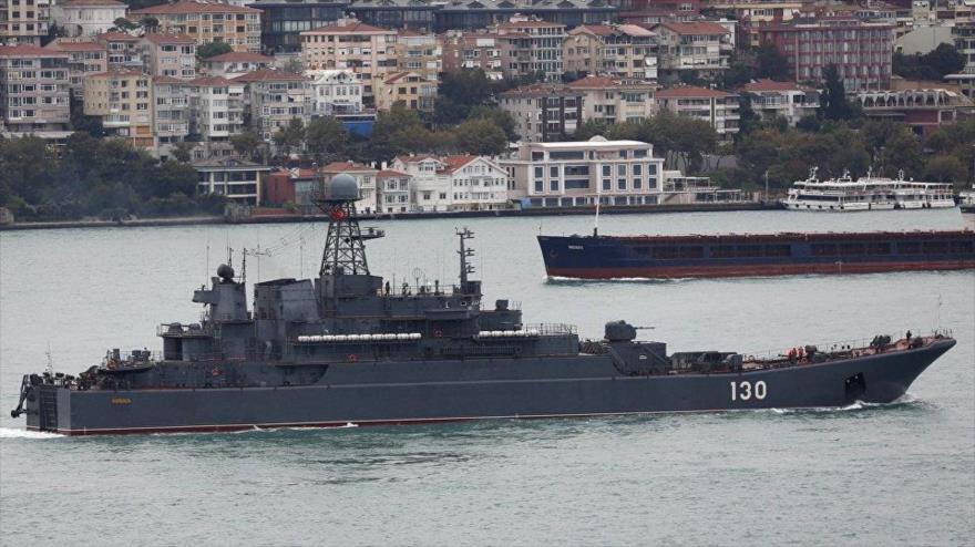 Un buque militar del Ejército ruso en el estrecho turco del Bósforo.