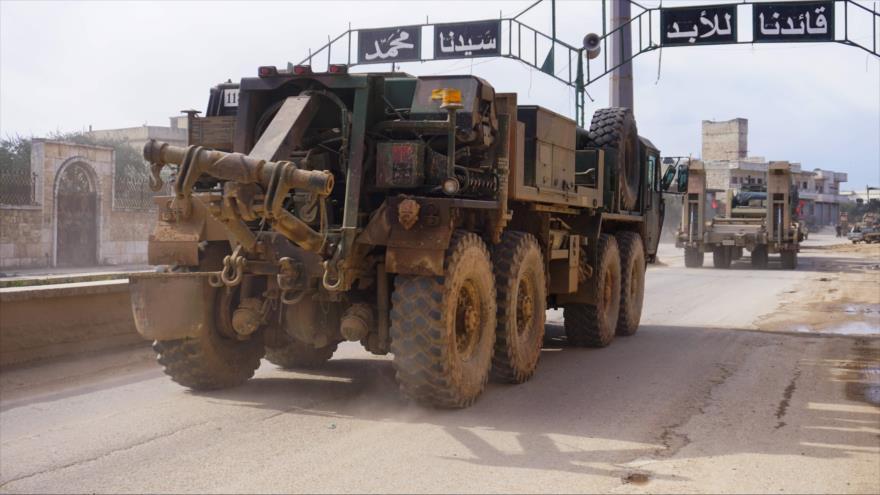 Un convoy militar turco pasa por la ciudad de Binish en la provincia de Idlib, noroeste de Siria, 10 de febrero de 2020. (Foto: AFP)