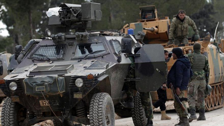 Tropas turcas junto a miembros del llamado Ejército Libre de Siria (ELS) cerca de la estratégica ciudad de Al-Bab, ubicada en el norte de Siria.
