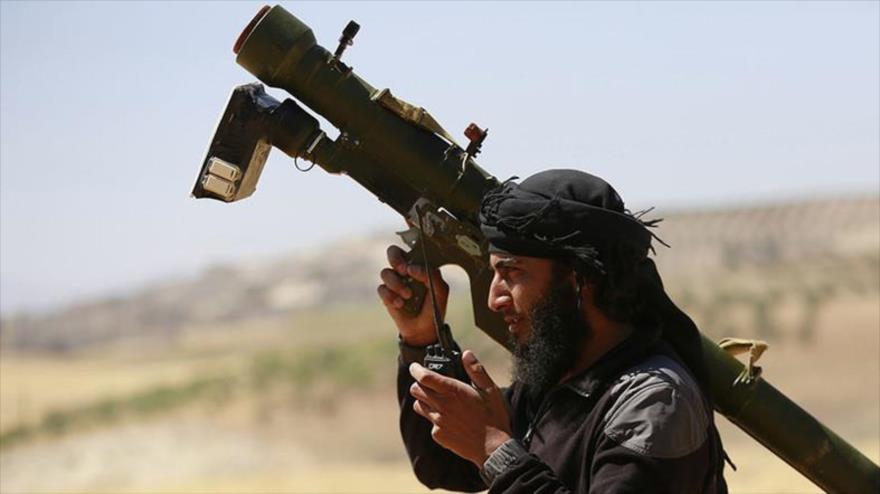 Un terrorista sirio porta un sistema de defensa aérea portátil de fabricación estadounidense.