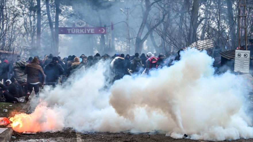 Vídeo: Policía griega ataca a refugiados sirios en frontera turca