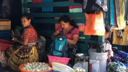 Guatemaltecos mayas son discriminados por hablar en su idioma