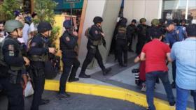 Hombre armado toma 30 rehenes en centro comercial de Filipinas
