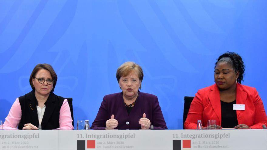 La canciller alemana, Angela Merkel (c), habla en una rueda de prensa, 2 de marzo de 2020. (Foto: AFP)