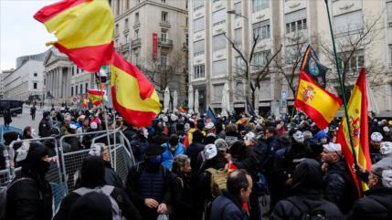 Vídeo: Miles de policías indignados rodean el Congreso de España