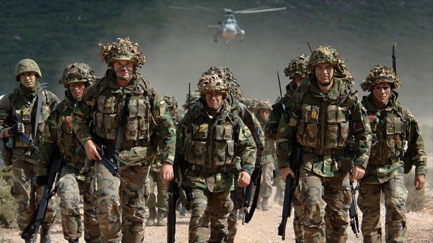 Un grupo de soldados de la OTAN participan en un desfile militar antes de partir hacia Irak para incorporarse a una misión en este país asiático.
