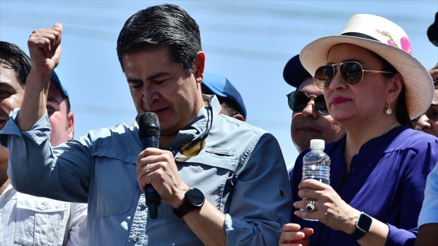 El presidente hondureño, Juan Orlando Hernández, junto a su esposa, en Tegucigalpa, la capital, 20 de octubre de 2019. (Foto: AFP)