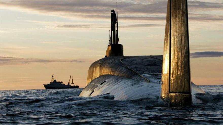 El submarino nuclear ruso Yuri Dolgorukiy navega en aguas del norte de Rusia en una maniobra militar.