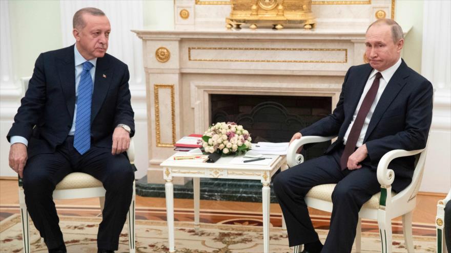 El presidente de Rusia, Vladimir Putin (dcha.), y su par turco, Recep Tayyip Erdogan, reunidos en Moscú, capital rusa, 5 de marzo de 2020. (Foto: AFP)