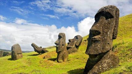 Vídeo: Turista causa ira al embestir histórica estatua moái