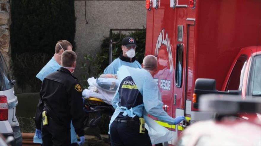 El personal de emergencia carga a una persona en una ambulancia en el Centro de Vida de Kirkland, Washington (la capital), 5 de marzo de 2020.