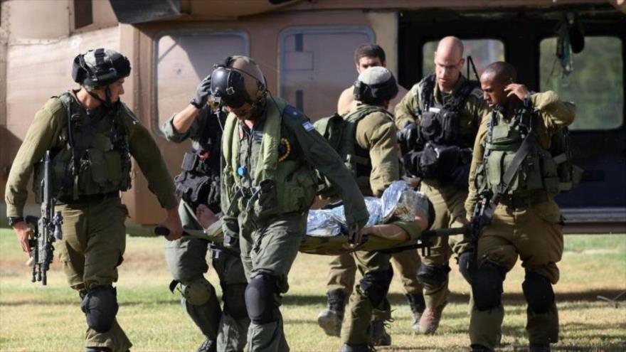 Los militares israelíes trasladan a un soldado herido al centro médico de Soroka, en Néguev, en los territorios ocupados palestinos.