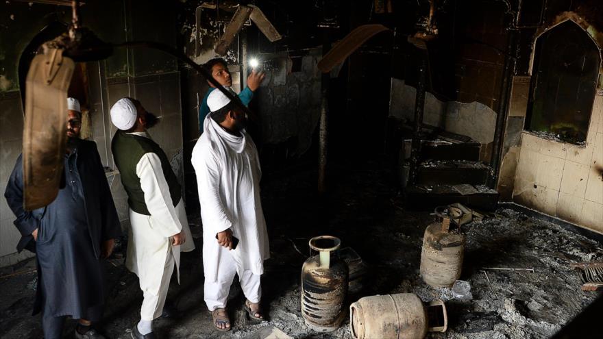 El interior de una mezquita quemada por los extremistas hindúes en Nueva Delhi, capital india, 1 de marzo de 2020. (Foto: AFP)